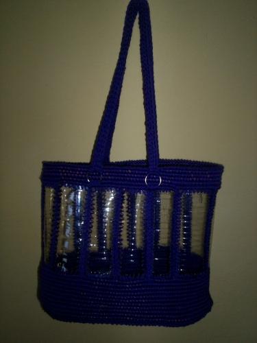 bolso con botellas plasticas, armado con hilo de algodon