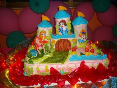 Imagen castillo de princesas escultura sobre torta - grupos.