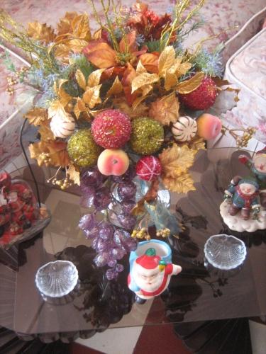 En este centro de mesa predomina el verde de las ramas de - Centros mesa navidenos ...