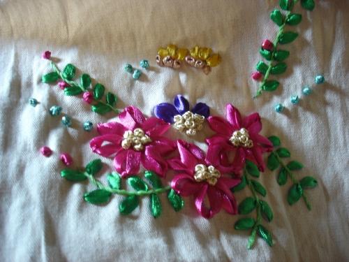 Flores bordadas con cintas - Imagui