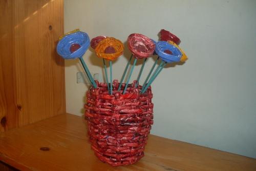 Imagen Flores con papel periodico y su respectivo florero - grupos ...