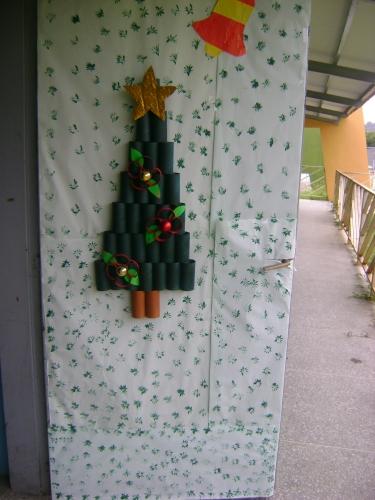 Imagen puerta navide a decorada con cart n desechado for Puertas decoradas navidad material reciclable