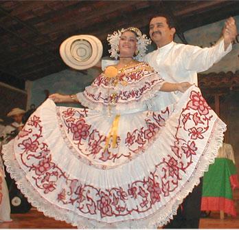 Una foto de una pareja con el vestido típico de Panamá